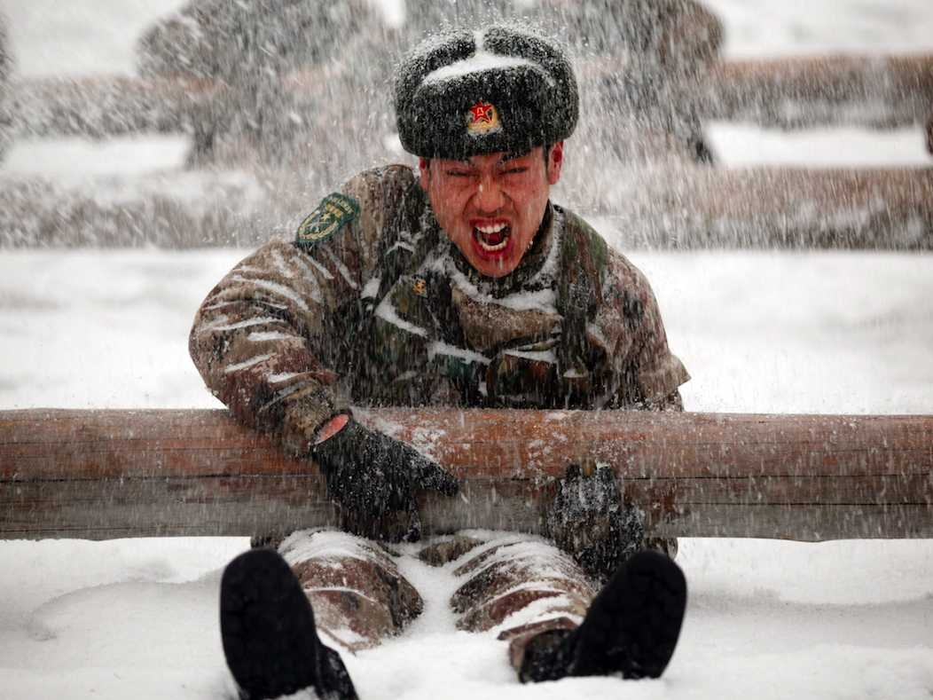 A Chinese soldier takes part in a drill during heavy snow in Heihe, Heilongjiang Province.(REUTERS/CDIC)